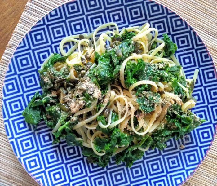 """Pasta con Kale, """"parmesano"""" vegano y semillas de calabaza"""