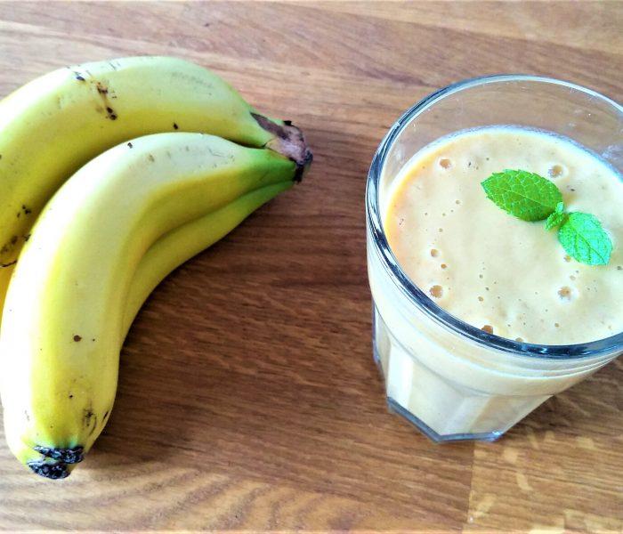 Banana smoothie con crema de cacahuete